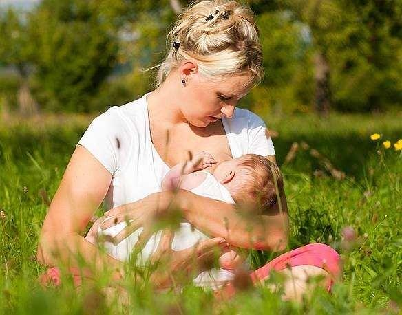 Як правильно зціджувати грудне молоко руками, скільки і як зберігати зціджене грудне молоко
