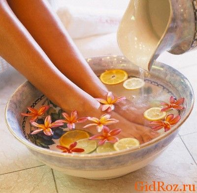 Мабуть, найвідомішим засобом залишаються ванночки для ніг! А з травами або іншими засобами, вибирати Вам!