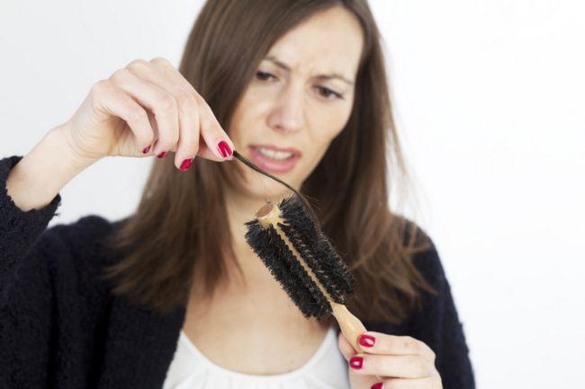 Чи можуть волосся випадати разом з цибулиною?