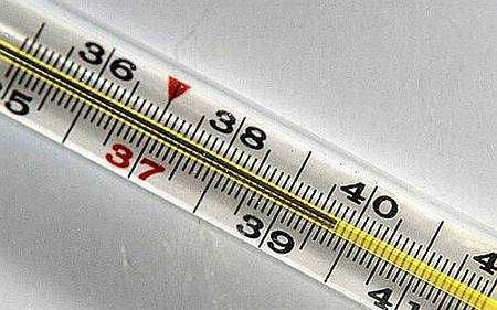 Чи можна знизити температуру без таблеток і чи варто її збивати?