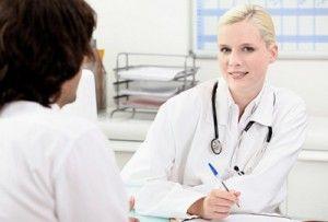 людина на консультації у лікаря