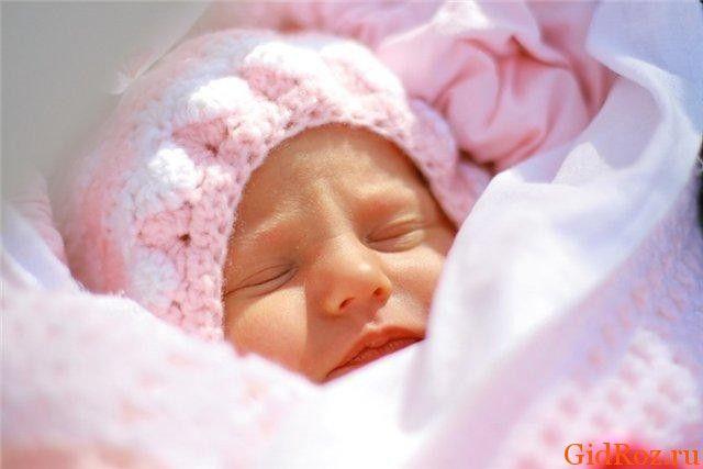 Пітниця у немовляти: з чим вона пов`язана, і як допомогти малюкові