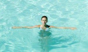 дівчина в басейні